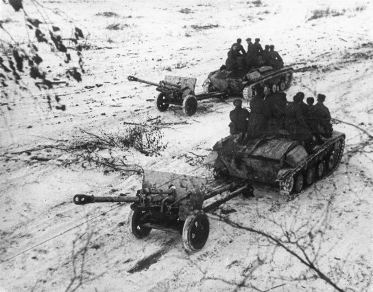 foto WWII USSR Russian tanks T-60 towing ZiS-3 guns